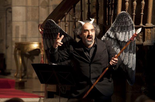 Marco Scavazza as the Devil in Orgambide's 'Oratorio del nacimiento'